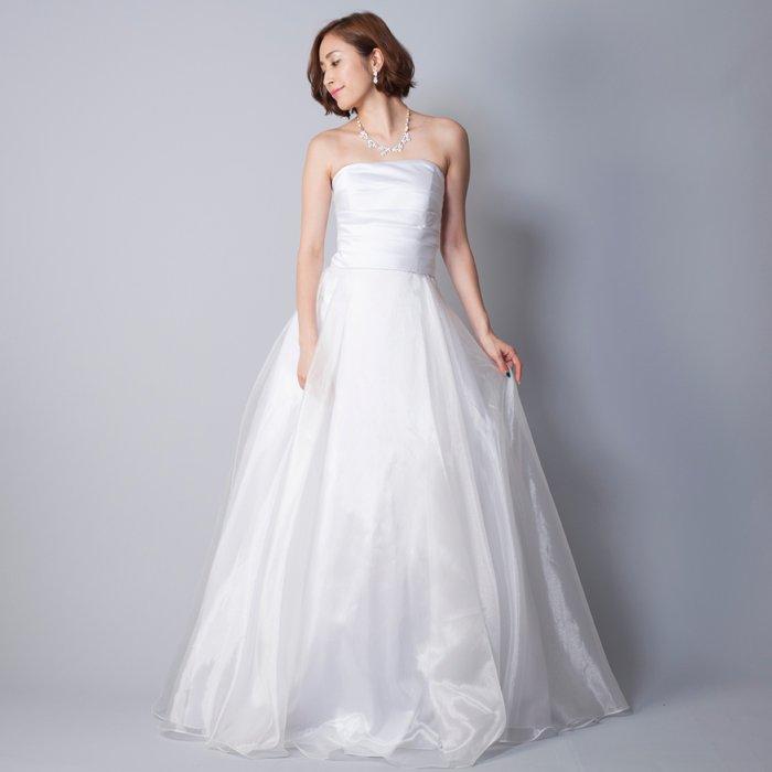 結婚式にオススメなアイボリーのウェディングドレス・オーガンジー素材のスカートが豪華