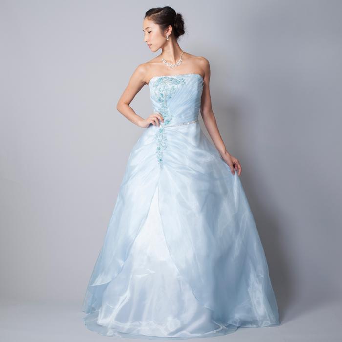 熱い季節に活躍しそうな涼しげな印象のスカイブルーカラーのドレス