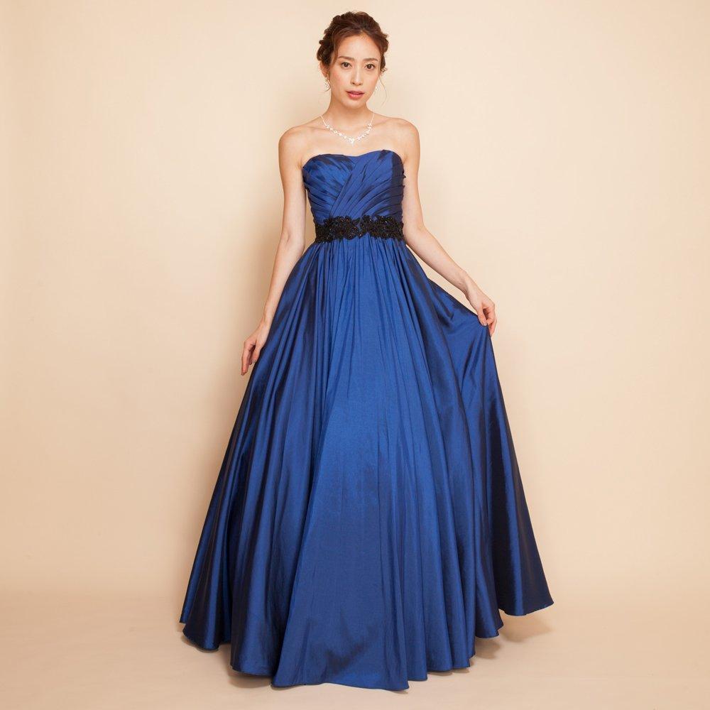 大人のパーティーには高貴な印象のネイビーカラーのドレス
