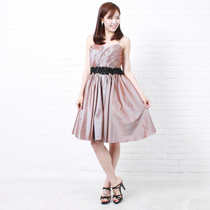 コッパーオレンジの高級感溢れる女性の雰囲気を感じさせるショートドレス