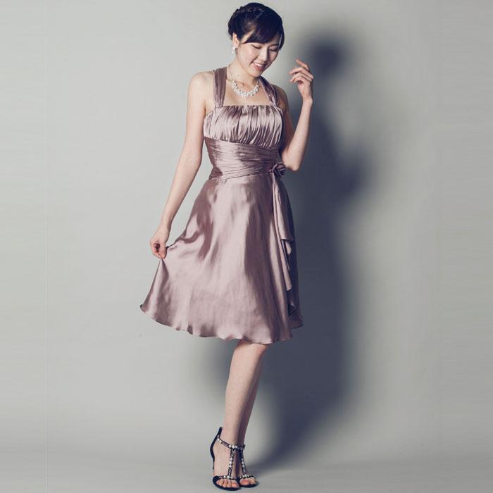 モカブラウンのシックで落ち着きのあるホルダーネックのお呼ばれドレス