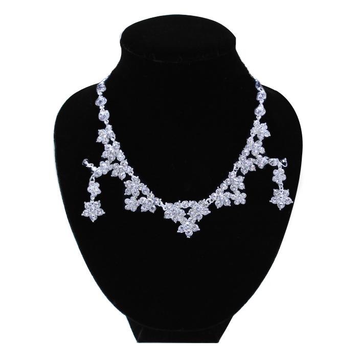 ドレスアップを盛り上げる!桜の花のようなデザインが可愛らしいキュートなネックレス