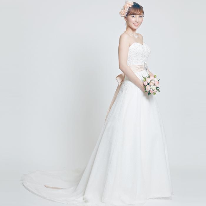 ピンクのリボンとウェストのブローチが特徴的な結婚式ドレス