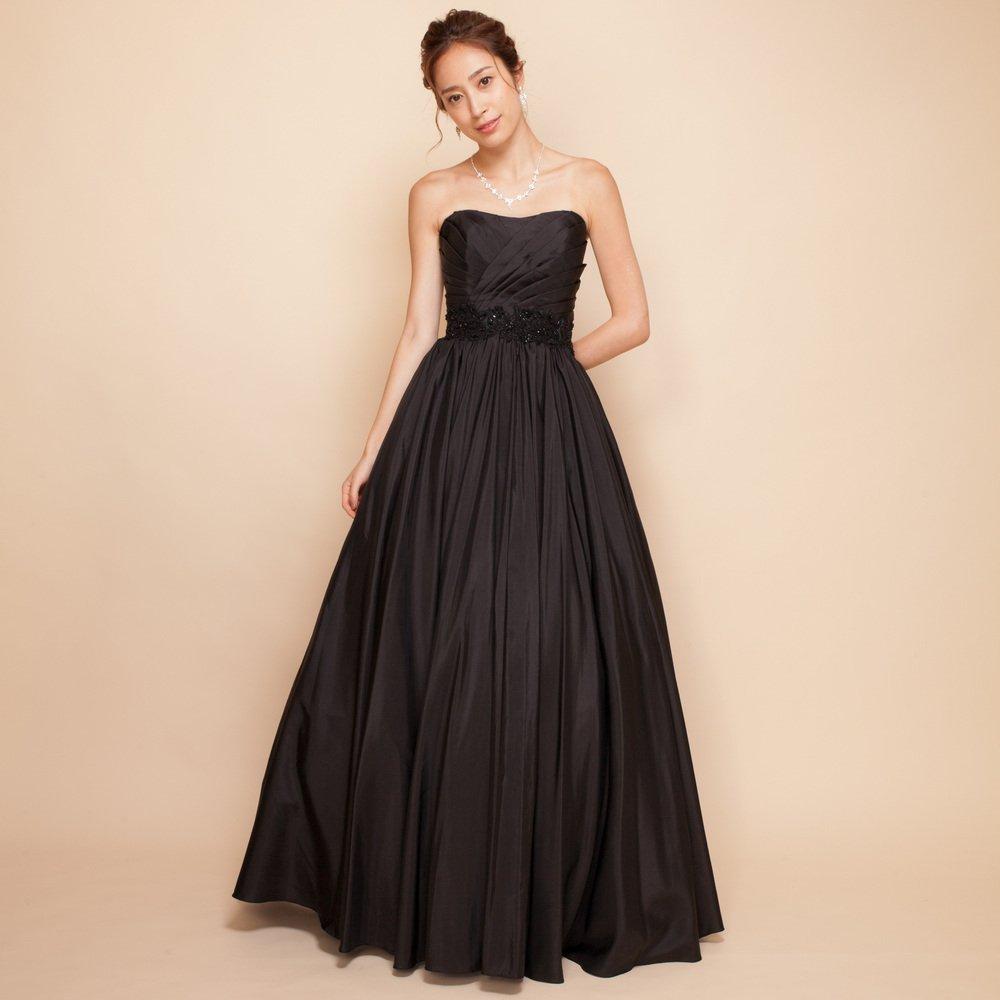 謎めいた女性を演出するクールでカッコいい大人の黒ロングドレス