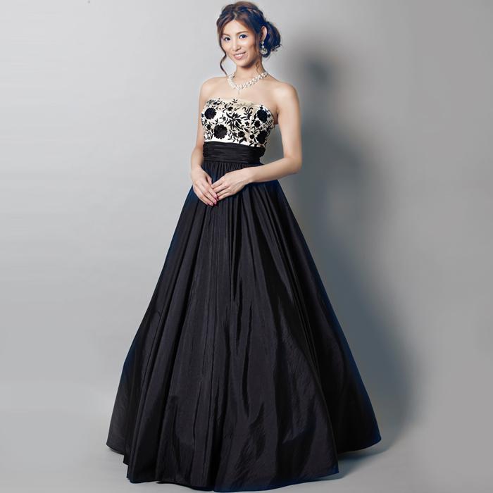 ブラックロングドレスで気品ある女性に