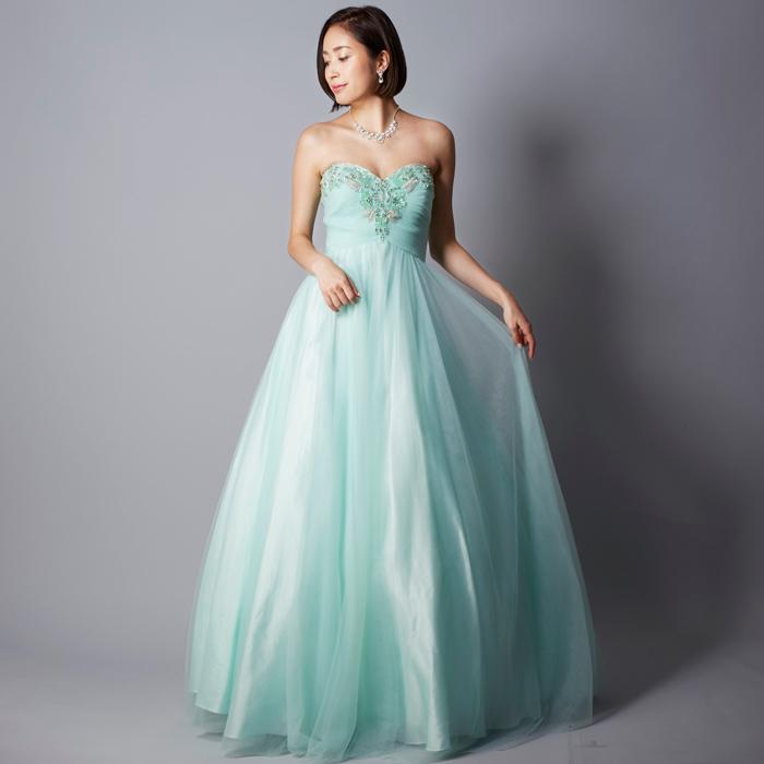 ソフトで自然な印象を与えるミントカラーのロングカラードレス