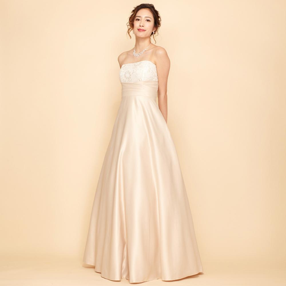 表情が明るく見えるシャンパンゴールドの高貴なカラードレス