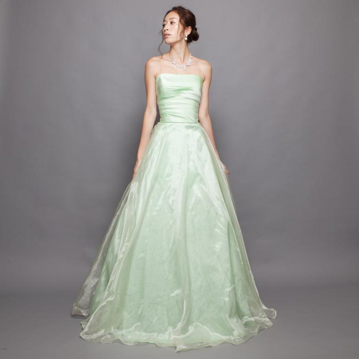 ライムグリーンの春の印象を感じさせるカラードレス