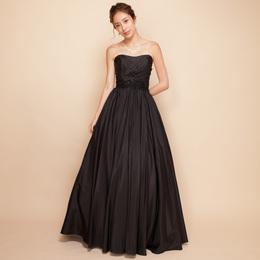謎めいた女性を演出するクールでカッコいい大人のドレス
