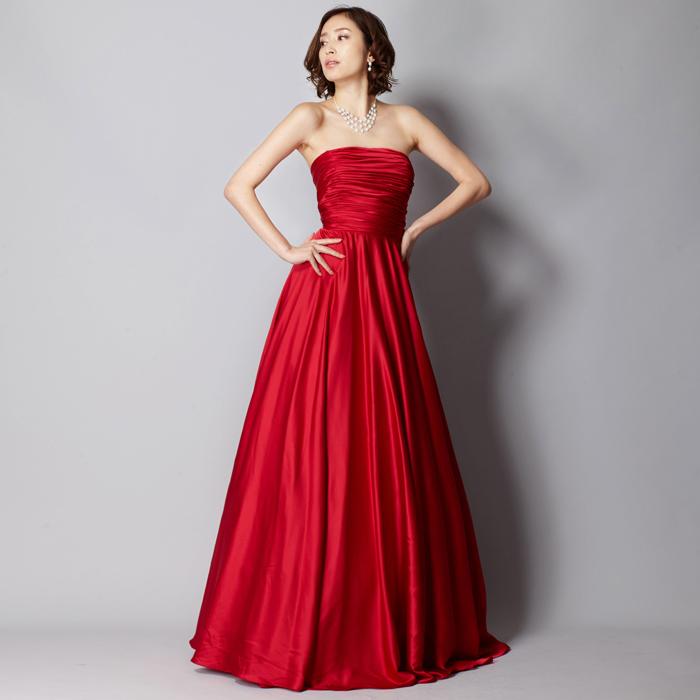 細身のシルエットに渋めのワインレッドがスタイリッシュなドレス