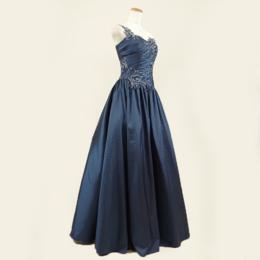 大人っぽさを表現できる!ネイビーカラーのワンショルダーロングドレス