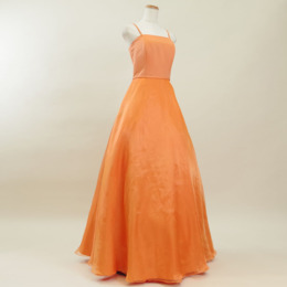 表情を明るく元気に魅せてくれるオレンジカラーのスレンダーなオーガンジードレス
