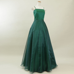 クールで洗練された印象を与えるダークグリーンカラーのオーガンジードレス